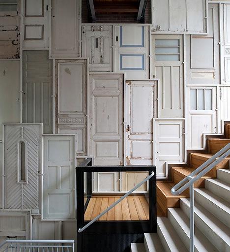 Eski bir kapıya yeniden amaç vererek hem onu devamlı kullanabilir hem de yaratıcı bir çözümle evinizde hoş bir görüntü oluşturabilirsiniz. Beyninizdeki kapıları açarak yaratıcı fikirler düşünebilirsiniz. Örneğin; kitaplık, çalışma masası, sanat eseri, aynalık ve milyonlarca şey.