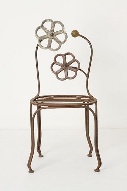 Evdeki genel mobilyalardan olan sandalyeler sadece oturmak için değil aynı zamanda kullanımı, konforu, dekoratif özellikleri ile tasarımcıları daha yaratıcı fikirlere zorlamaktadır. Sizlere bazı yaratıcı ve minimalist sandalye tasarımlarını göstermek istiyorum.