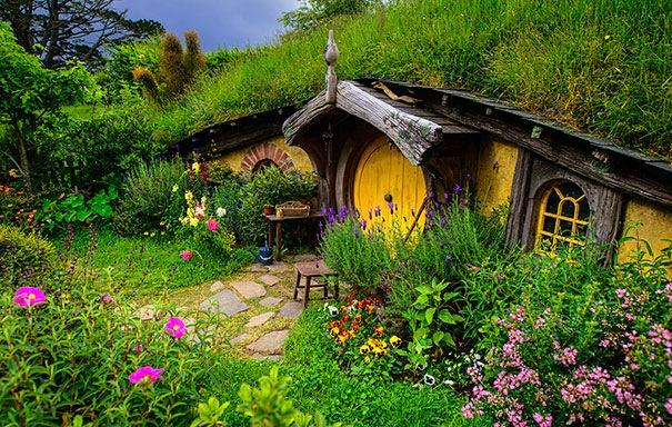 Vahşi ve olağanüstü eğrileri, süslü stilleri, kıvrık çatıları ve bir masal sayfasından çıkmışçasına kendine hayran bıraktıracak güzellikteler. İşte o evler; Hobbit House, Yeni Zellanda