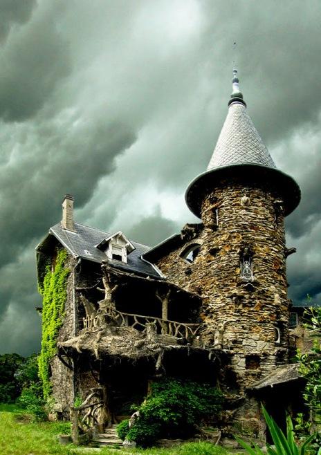 Maison de Sorcière Avec Ciel d'orage, Fransa